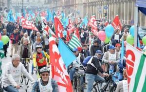 Un momento della manifestazione di Cgil-Cisl-Uil per chiedere la riforma della legge Fornero sulle pensioni con un corteo in bicicletta da Porta Susa a Piazza Castello a Torino, 2 aprile 2016. Fonte: ansa.it